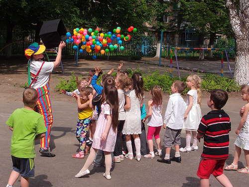 dziecko idzie do przedszkola